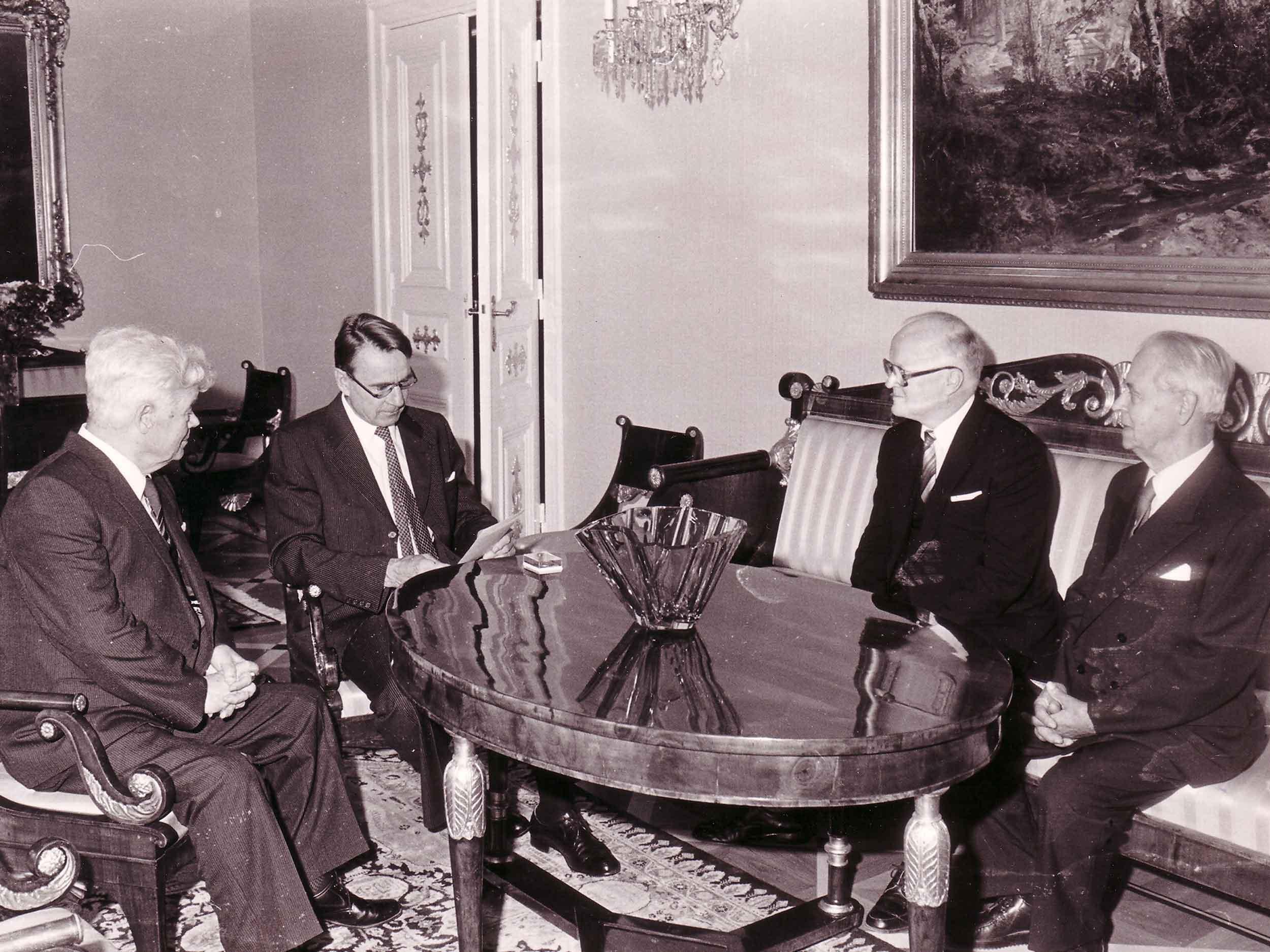 Turkuseuran lähetystö presidentin vastaanotolla vuonna 1982 tuomisinaan uunituore Kaksitoista pakkalaista -kirja. Mauno Koivisto on seuran kunniajäsen.