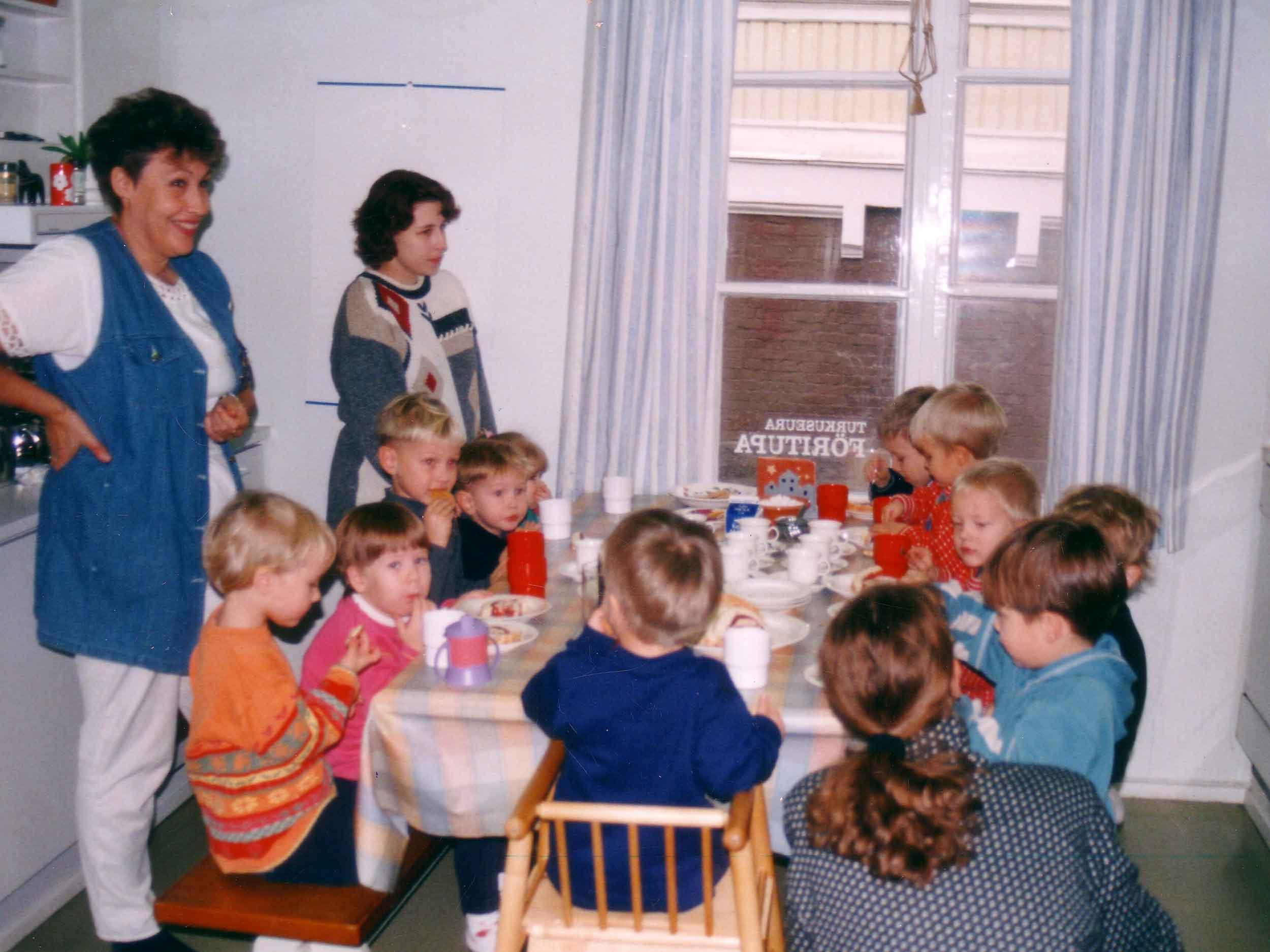 Turkuseuran Äitipiiri kokoontui Turkuseuran tiloissa 1990-luvulla viikoittain. Liiviliigassa puolestaan kohtasivat odottavat ja imettävät äidit. Kuva vuodelta 1999.