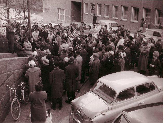 Toivo Rinne esittelee Parkinmäkeä vuonna 1962. Suosittuja paseruita eli kävelykierroksia on järjestetty Turkuseuran alkutaipaleelta saakka.